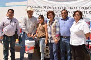 el alcalde Venustiano Pérez acompañado de la delegada  Araceli Dominguez y funcionarios hizo entrega de material empleo temporal