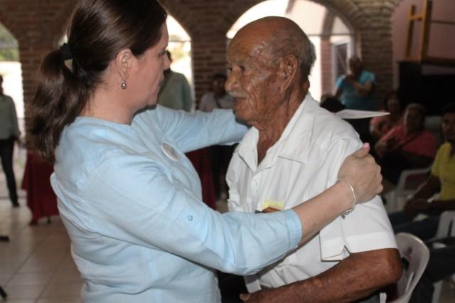 05.- La Presidenta de DIF Municipal, Sra. Marbella Robles entrega pensiones humanitarias, acompañada de la presidenta del organismo en el Estado.