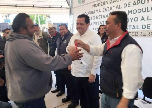 03-acompanado-del-gobernador-carlos-mendoza-el-alcalde-francisco-pelayo-entrega-apoyos-por-7-4-millones-de-pesos-al-sector-pesquero-en-puerto-adolfo-lopez-mateos
