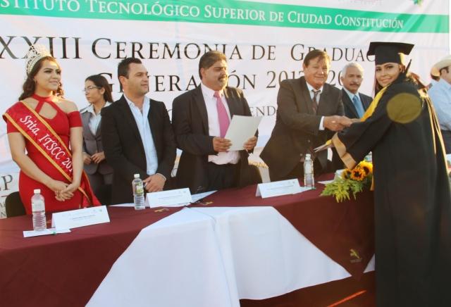 03.-El Secretario Gral. Humberto Gutiérrez, encebaze Ceremonia e Graduación y entrega de docuimentación del ITS, con la representación del alcalde Francisco Pelayo.