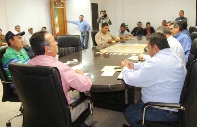 04-el-ayuntamiento-actual-ha-avanzado-mucho-mas-que-gobierno-anteriores-cumpliendo-con-compromiso-a-trabajadores-les-dijo-alcalde-francisco-pelayo-al-sostener-encuentro-con-dirigenia-sindical