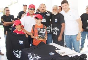 04.- En representación del alcalde Francico Pelayo, el director de Turismo Miguel Cota encabeza entrega de reconocimientos a participantes del Rally Internacional de la Ballena.