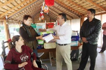 05.-Alcalde-Francisco-Pelayo-hace-entrega-de-apoyos-a-Asilo-de-ncianos2c-que-fueron-enviados-pro-agrupación-de-Alma-olmedo-de-Pomona-California.